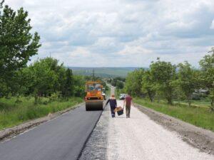 Lucrările de reparație a drumurilor raionale continuă